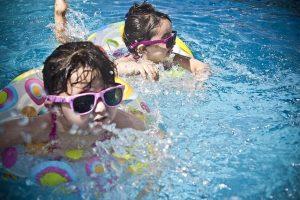Kinder beim Schwimmen